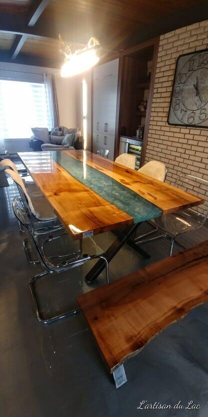 Superbe projet rivière, table de cuisine artisanale en époxy