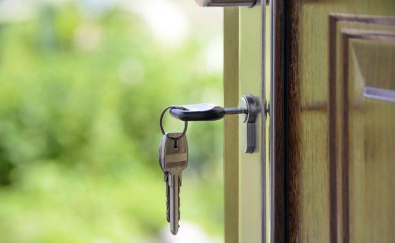 Trousseau de clés dans une porte en bois