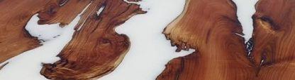 Surface d'une table rivière blanche en résine d'époxy